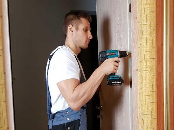 как отремонтировать двери своими руками