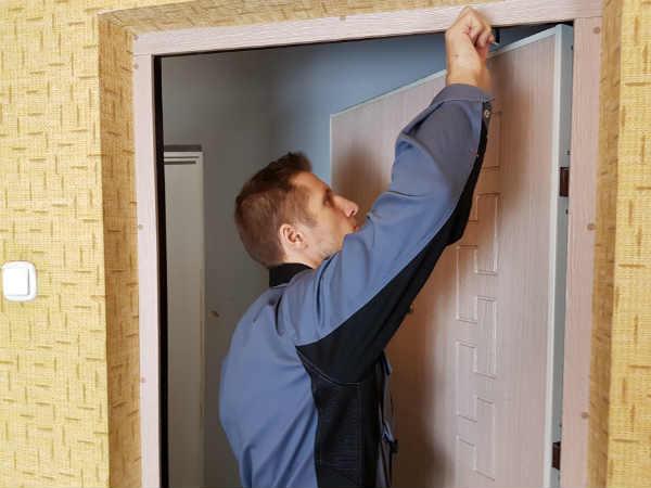 как своими руками починить дверной блок