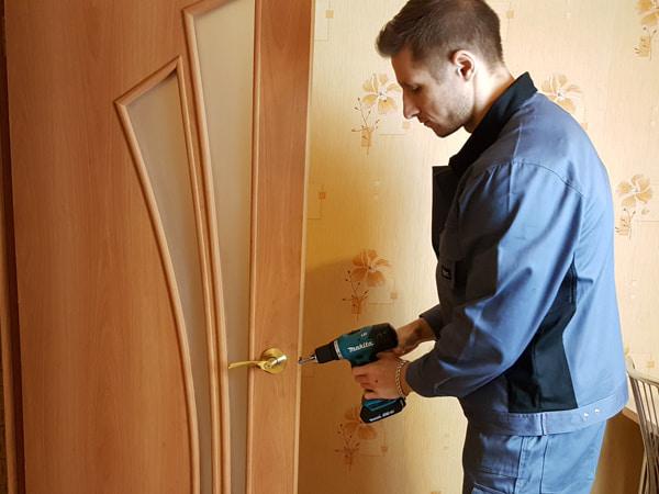 Мастер меняет замок на межкомнатной двери
